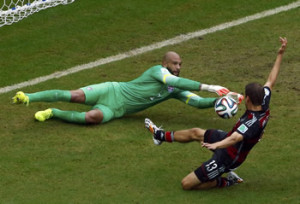 Germanys Thomas Mueller challenges goalkeeper Tim Howard of the U.S. (REUTERS/Ruben Sprich)